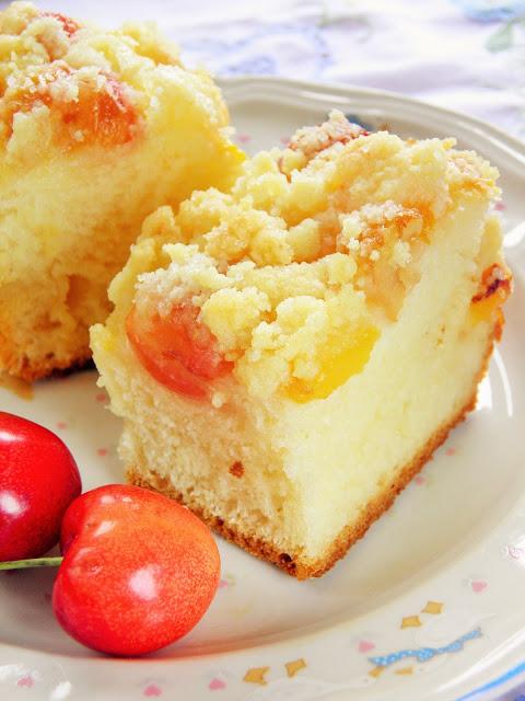 Ciasto drożdżowe z brzoskwiniami i czereśniami
