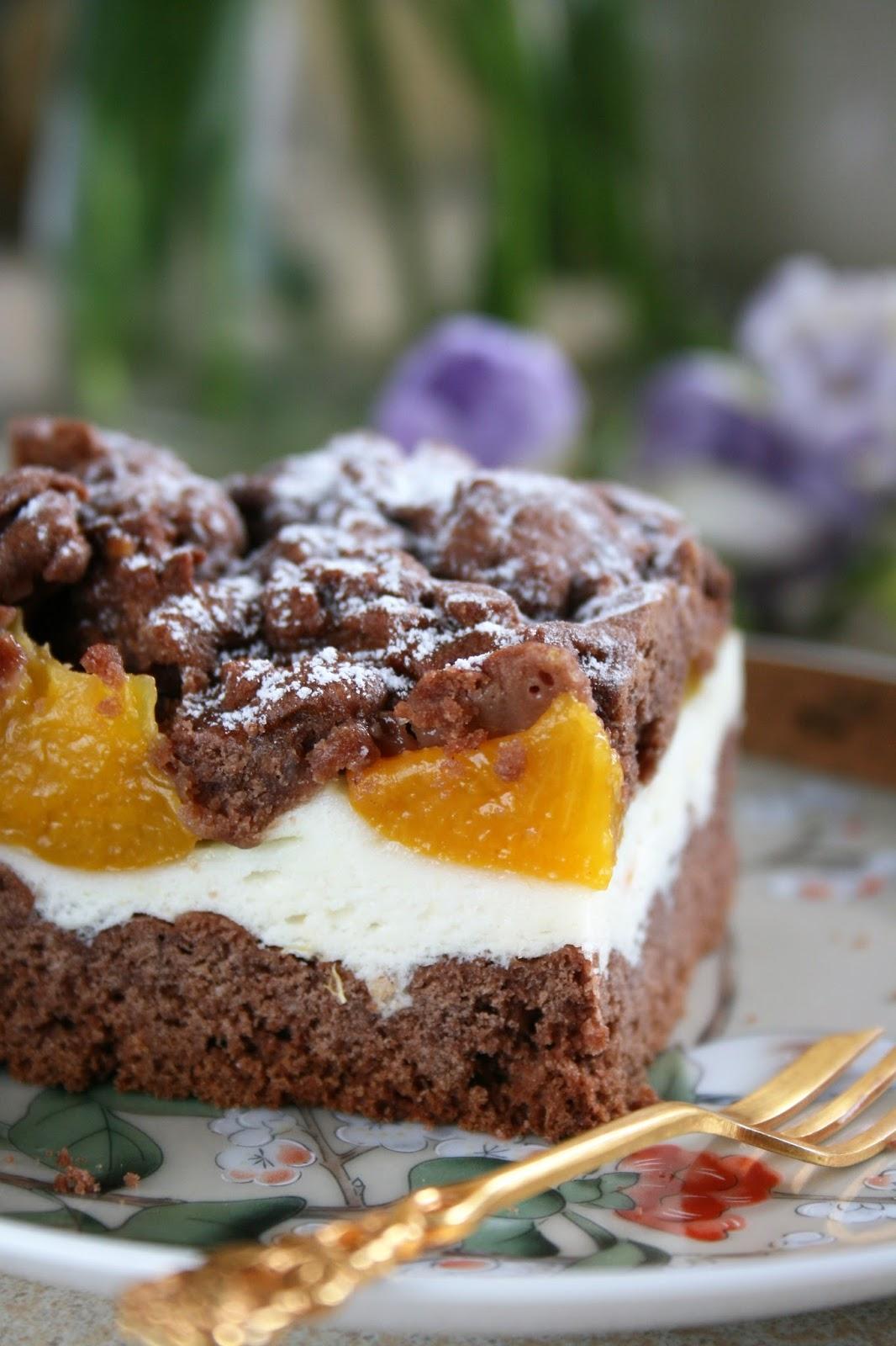 Kruche ciasto kakaowe z pianką i brzoskwiniami 2
