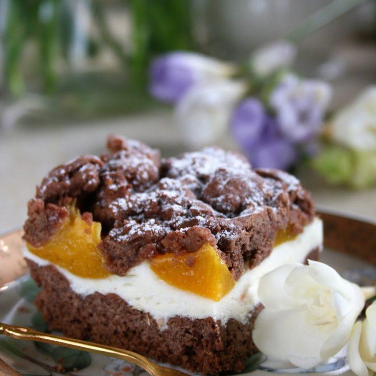 kruche-ciasto-kakaowe-z-waniliowa-pianka-i-brzoskwiniami