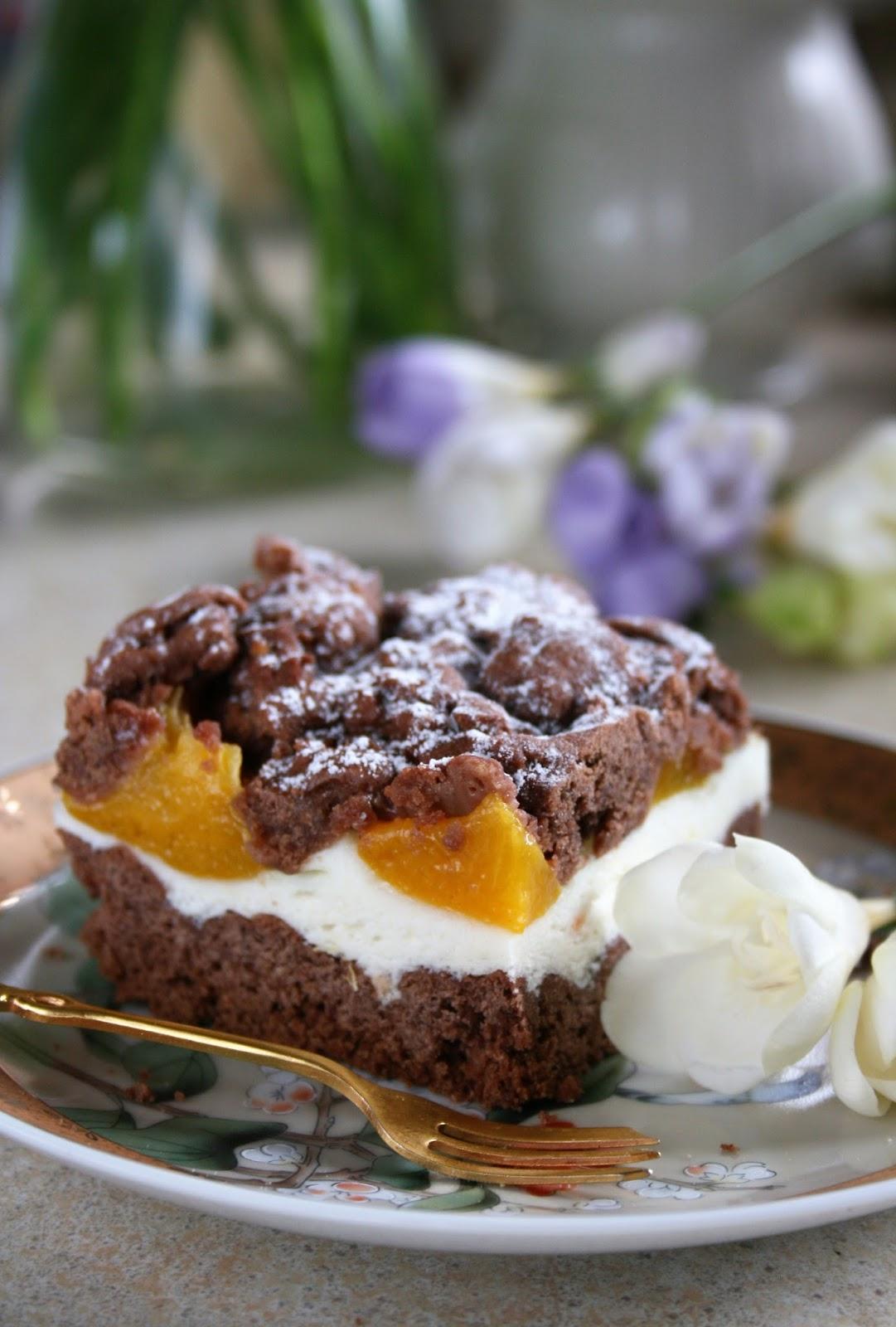 Kruche ciasto kakaowe z waniliową pianką i brzoskwiniami