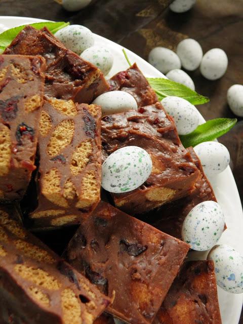 Mazurek czekoladowy z żurawiną i chrupkami