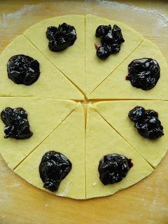 Rogaliki z wiśniami -przygotowanie 1