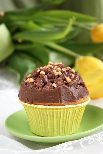 Waniliowe kruche babeczki z wiśniami i kremem czekoladowym