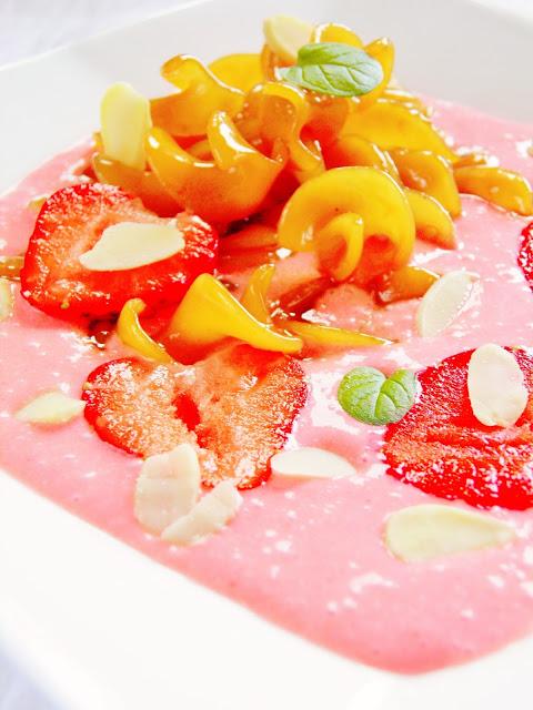 Zupa na zimno z truskawkami i karmelizowanym makaronem